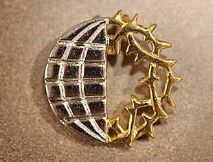 Two-Tone Globe/Wreath Pin